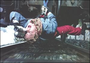 Девон Сава работает с камерой на камеру под стук колес уходящего вдаль поезда